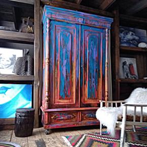 Старый винтажный шкаф The Van Gogh
